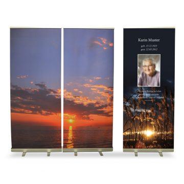 zwei Banner mit Sonnenuntergang, ein TRauerbanner, Foto: EP